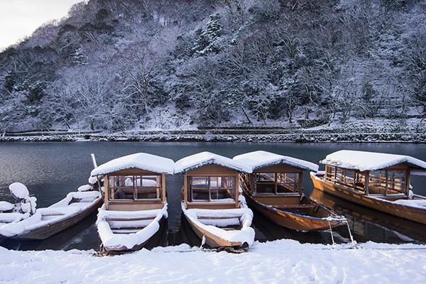 京都渡月橋の冬の屋形船